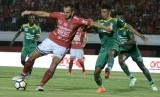 Pesepak bola Bali United Ilija Spasojevic (kedua kiri) berusaha berebut bola dengan pesepak bola Sriwijaya FC Alfin Tuasalamony (kedua kanan) dalam pertandingan Sepak Bola Liga 1 2018 di Stadion I Wayan Dipta, Gianyar, Bali, Sabtu (5/5). Dalam pertandingan tersebut, tuan rumah Bali United dikalahkan Sriwijaya FC dengan skor 3-4.