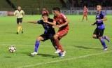 Pesepak bola Madura United Rendi Siregar (kiri) berebut bola dengan pesepak bola Semen Padang, Irsyad Maulana (dua dari kanan) dalam pertandingan lanjutan Liga Gojek Traveloka Liga 1 di Lapangan GOR Haji Agus Salim Padang, Sumatera Barat, Jumat (6/10). Kedua tim bermain imbang dengan skor 0-0.