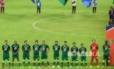 Pesepak bola Persebaya Surabaya berjajar sebelum melawan Persik Kediri pada pembukaan kompetisi sepak bola Liga 1 Indonesia 2020 di Gelora Bung Tomo (GBT), Surabaya, Jawa Timur, Sabtu (29/2).