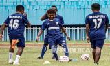 Pesepak bola Persipura berlatih di Stadion Mandala Jayapura, Papua, Rabu (21/4/2021). Latihan tersebut sebagai persiapan jelang Piala AFC 2021 dan Liga 1 2021.