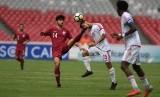 Pesepak Bola Qatar Eisa Ahmad Palangi (kedua kiri) berusaha melewati hadangan pesepak bola Uni Emirat Arab (UEA) Mansor Ibrahim Alharbi (kedua kanan) dalam laga Grup A Piala Asia U-19 di Stadion Utama Gelora Bung Karno, Jakarta, Kamis (18/10/2018).