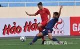 Pesepak bola tim nasional U-23 Indonesia Egy Maulana Vikri (kiri) berupaya melewati pesepak bola tim nasional U-23 Thailand Saringkan Promsupa (kanan) pada pertandingan perdana Grup K kualifikasi Piala Asia U-23 AFC 2020, di Stadion Nasional My Dinh, Hanoi, Vietnam, Jumat (22/3/2019).