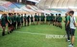 Pesepak bola timnas Indonesia U-19 menjalani latihan di Stadion Wibawa Mukti, Cikarang, Kabupaten Bekasi, Jawa Barat, Senin (17/6/2019).