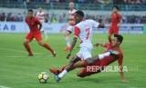 Pesepak bola Timnas U-22 Asnawi Mangku Alam (kanan) berusaha menghentikan pesepak bola Madura United FC (MU) Engelberd Sani (tengah) saat laga uji coba di Stadion Gelora Bangkalan (SGB) Bangkalan, Jawa Timur, Selasa (12/2/2019).