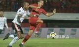 Pesepak bola Timnas U-23 Indonesia Ezra Walian (kanan) berebut bola dengan pesepak bola Bali United Leonard Tupamahu (kiri) saat pertandingan uji coba di Stadion Kapten I Wayan Dipta, Gianyar, Bali, Ahad (17/3/2019).