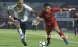 Pesepak bola Timnas U-23 Indonesia Saddil Ramdani (kanan)