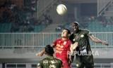 Pesepak bola Tira Persikabo Zoubairou Garba (kanan) berebut bola di udara dengan pesepak bola Borneo FC Ruben Conti (kiri) pada lanjutan Liga 1 di Stadion Pakansari, Cibinong, Bogor, Jawa Barat, Ahad (1/9/2019).