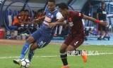 Pesepakbola Arema FC, Thiago Furtuoso (kiri) berusaha mempertahankan bola dari hadangan pesepakbola PSM Makassar, Wasyiat Hasbullah (kanan) dalam pertandingan GOJEK LIGA I di Stadion Kanjuruhan, Malang, Jawa Timur, Ahad (13/5).