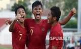 Pesepakbola Indonesia Becham Putra Nugraha (kiri) bersama rekannya Sutan Zico (tengah) dan Muhammad Fajar Fatur Rachman (kanan) melakukan selebrasi usai memasukan bola ke gawang Myanmar saat bertanding pada perebutan peringkat ketiga Piala AFF U-18 di Stadion Thong Nhat Ho Chi Minh, Vietnam, Senin (19/8/2019).