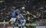 Pesepakbola Persib Bandung berebut bola dengan pesepakbola Persebaya Surabaya saat laga lanjutan Grup A Piala Presiden 2019 di Stadion Si Jalak Harupat, Kabupaten Bandung, Kamis (7/3).