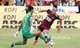 Penyerang PSM Makassar Ferdinand Sinaga (kanan) disiapkan menghadapi Lalenok United pada laga kualifikasi Piala AFC 2020.