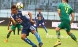Pesepakbola Sriwijaya FC, Esteban Vizcarra (kanan) berusaha menghalau bola dari pesepakbola Arema FC, Hamka Hamzah (kiri) dalam pertandingan Liga I GOJEK di Stadion Kanjuruhan, Malang, Jawa Timur, Ahad (9/12/2018).