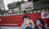 [Foto ilustrasi] Pesepeda melintas di dekat spanduk sosialisasi Pemilihan Kepala Daerah (Pilkada) yang terpasang di Serpong, Tangerang Selatan.