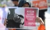 Peserta aksi damai menolak peringatan hari valentine saat Hari Bebas Kendaraan Bermotor di Bundaran Hotel Indonesia, Jakarta, Ahad (14/2).  (Republika/Wihdan)
