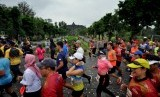 Peserta Borobudur Marathon 2018 Powered by Bank Jateng melintas dengan latar belakang Candi Borobudur.