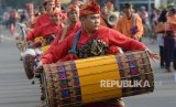 Peserta karnaval budaya Nusa Tenggara Barat (NTB) memainkan gendang Belek saat promosi budaya dan pariwisata Lombok Sumbawa di car free day Jalan Thamrin, Jakarta, Ahad (17/7).  (Republika/Yasin Habibi)