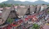 Peserta karnaval mengenakan pakaian Adat Nusantara mengikuti Karnaval Kemerdekaan Pesona Danau Toba, Balige, Sumatra Utara, Ahad (22/8)