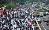 Peserta mengikuti aksi 299 yang diprakarsai Presidium Alumni 212 di depan Komples Parlemen, Senayan, Jakarta, Jumat (29/9).