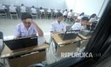 Peserta ujian mengerjakan soal saat Ujian Nasional Berbasis Komputer (UNBK) tingkat SMP.