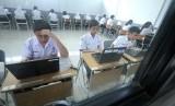 Peserta ujian mengerjakan soal saat Ujian Nasional Berbasis Komputer (UNBK), di SMPN 14 Bandung, Jalan Lapangan Supratman, Kota Bandung, Senin (22/4).