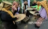Petani menumbuk dan menampi kopi arabika seusai panen massal dalam rangkaian festival panen kopi gayo di Rembele, Bener Meriah, Aceh, Rabu (21/11/2018).