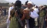 Taliban Umumkan Gencatan Senjata Idul Fitri Tiga Hari. Petempur Taliban berkumpul bersama warga di distrik Surkhroad, Provinsi Nangarhar, Kabul, Afghanistan. Ilustrasi