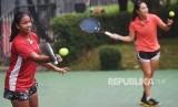 Petenis putri Indonesia Fitriana (kiri) dan Aldila Sutjiadi (kanan) melakukan latihan di Jakarta, Rabu (23/5).