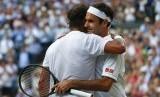 Petenis Swis Roger Federer (kanan) dan Rafael Nadal berpelukan usai sebuah pertandingan semifinal Wimbledon di London beberapa waktu lalu.