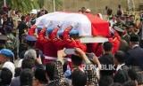 Peti jenazah Presiden Ketiga RI BJ Habibie memasuki pelataran Taman Makam Pahlawan Kalibata, Jakarta, Kamis (12/9).