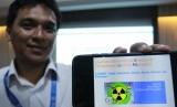 Petugas Badan Tenaga Nuklir Nasional (Batan) menunjukan aplikasi online pengolahan limbah radioaktif kepada media di Pusat Teknologi Limbah Radioaktif (PTLR) Badan Tenaga Nuklir Nasional Serpong, Tangerang Selatan, Banten, Selasa (18/6/2019).