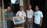 Petugas Balai Karantina Pertanian Provinsi Lampung bersama UPT Taman Hutan Rakyat (Tahura), dan FLIGHT melepasliarkan ribuan burung di hutan Tahura, Rabu (12/12).