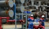 Petugas beraktivitas di kilang Pertamina Refinery Unit (RU) V Balikpapan, Kalimantan Timur, Kamis (14/4). (Republika/Prayogi)