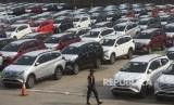 Petugas berjalan di antara mobil-mobil yang siap diekspor di Dermaga PT Indonesia Kendaraan Terminal, Jakarta, Selasa (12/2/2019).