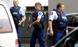 Petugas berpatroli di luar sebuah masjid di Christchurch, Jumat (15/3), usai insiden penembakan.