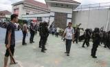 Petugas Brimob Polda Riau bersenjata lengkap dibantu warga berjaga di Rumah Tahanan Sialang Bungkuk Kelas IIB, Pekanbaru, Riau, Jumat (5/5).