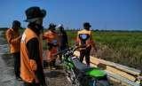 Petugas dari Badan Penanggulangan Bencana Daerah (BPBD) melakukan patroli darat menggunakan sepeda motor memantau titik //hotspot// atau kebakaran hutan dan lahan di daerahnya.  (ilustrasi)