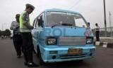 Petugas gabungan dari Kepolisian dan Dinas Perhubungan DKI Jakarta melakukan razia kendaraan umum. ilustrasi (Republika/Yasin Habibi)