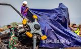 Petugas gabungan menutup bangkai helikopter yang jatuh menggunakan terpal di Kawasan Industri Kendal (KIK), Kabupaten Kendal, Jawa Tengah, Sabtu (6/6/2020). Belum diketahui penyebab jatuhnya helikopter jenis MI-17 bernomor registrasi HA 5141 milik TNI-AD yang mengakibatkan empat awak tewas dan lima awak lainnya dilarikan ke rumah sakit.