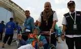 (Ilustrasi) Petugas Haji Daker Bandara menuntun jamaah Kloter 63 Debarkasi Jakarta-Bekasi menuju paviliun Bandara Amir Muhammad bin Abdulaziz, Madinah, Selasa (25/9). Kloter tersebut merupakan kloter terakhir yang dipulangkan ke Tanah Air pada musim haji tahun ini.