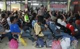 Petugas imigrasi dan kepolisian mendata TKI ilegal yang dipulangkan pemerintah Malaysia setibanya di Terminal Pelabuhan Tunon Taka Kabupaten Nunukan, Kalimantan Utara. (ilustrasi)
