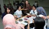 Petugas Imigrasi Kota Depok bersama Tim Pengawasan Orang Asing (Timpora) memeriksa dokumen kependudukan warga negara asing (WNA) - ilustrasi