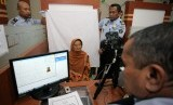 Kemenag Banyumas Jadwalkan Perekaman Biometrik Calhaj. Petugas Imigrasi melayani pembuatan paspor jamaah calon haji Indonesia.