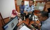 Petugas Imigrasi melayani pembuatan paspor Jemaah Calon Haji Indonesia (JCHI) yang sedang sakit di Kantor Imigrasi Kelas II Non TPI Blitar, Jawa Timur, Selasa (12/2/2019).