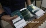 Petugas Imigrasi membawa sejumlah paspor.  (ilustrasi)