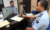 Petugas imigrasi merekam wajah dan sidik jari pemohon pembuatan paspor di Kantor Imigrasi Kelas II B Meulaboh, Aceh Barat, Aceh, Selasa (11/6/2019).