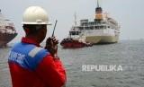 Petugas IPC Marine Service memperhatikan Kapal tunda milik milik PT Jasa Armada Indonesia menarik Kapal Pelni Nggapulu saat memasuki kawasan Pelabuhan Tanjung Priok, Jakarta, Rabu (11/10).