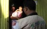 Petugas kader JKN-KIS berkunjung ke rumah peserta BPJS Kesehatan di kawasan pesisir di Kelurahan Lapulu, Kendari, Sulawesi Tenggara, Senin (13/8).