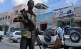Petugas keamanan berjaga di jalan Mogadishu untuk mencegah serangan kelompok al Shabaab.