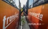 Petugas keamanan mengecek kondisi Bus Transjakarta yang terparkir di Terminal Pulogadung, Jakarta Timur, Jum'at (23/8/2019). Menurut petugas sebanyak 36  Bus Transjakarta yang rusak sudah terparkir sejak Oktober 2017.