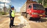 Petugas keamanan yang direkrut PT Semen Indonesia dari warga desa Ring I pabrik semen PT Semen Indonesia di Rembang tengah beraktivitas dalam tugasnya.